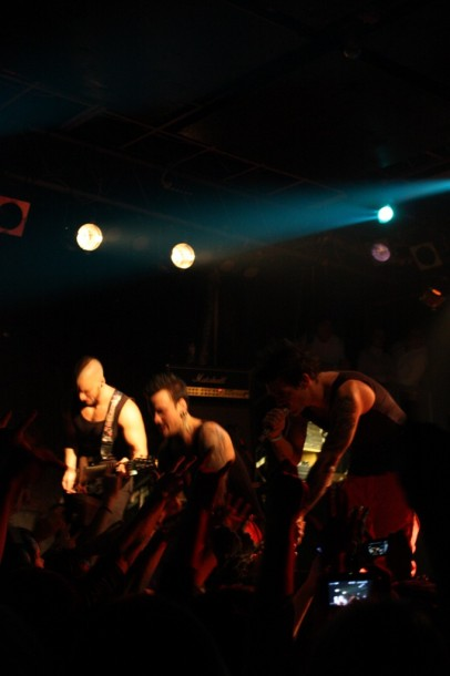 photo-on-stage-Dead-By-April-in-Moscow-2010-Pontus-Hjelm-Calling-scream