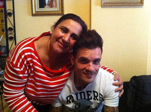 fotosession-Zandro-Santiago-Dead-By-April-vocalist-with-fans-2012